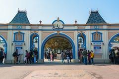 EVERLAND, YONGIN KOREA, PAŹDZIERNIK, - 25: Niezidentyfikowani turyści podróżują zakupy na Październiku 25 i cieszą się, 2014 przy Fotografia Stock