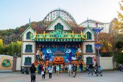 EVERLAND, YONGIN KOREA, PAŹDZIERNIK, - 25: Niezidentyfikowani turyści podróżują zakupy na Październiku 25 i cieszą się, 2014 przy Obraz Royalty Free
