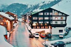Everning i Zurs skidar semesterorten Arkivbild