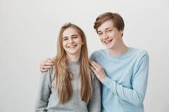 Everoyone认为我们兄弟姐妹,但是我们约会 有公平的头发和括号的正面最好的朋友,广泛地拥抱和微笑 免版税库存照片