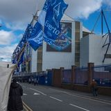Everton Liverpool, UK, April, 17, 2016: Folkmassor av supportrar startar att samla i gatorna på Everton Football Club royaltyfria foton