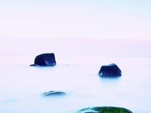 Everyone kocha romantyczną atmosferę morze Pokojowy poziom morza, kamienie w wodzie Obraz Royalty Free