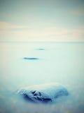 Everyone kocha romantyczną atmosferę morze Pokojowy poziom morza, kamienie w wodzie Obrazy Royalty Free