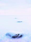 Everyone kocha romantyczną atmosferę morze Pokojowy poziom morza, kamienie w wodzie Zdjęcie Royalty Free
