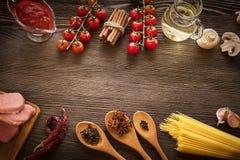 Everything na drewno stole dla przygotowania ostra włoszczyzna sa Zdjęcia Royalty Free
