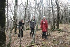 Evgenia Chirikova, Igor Bakirov e o journalista desconhecido na madeira da caixa Imagem de Stock