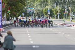 Evgeny Korolek du Belarus croisant la ligne d'arrivée devant le Peloton pendant la concurrence de recyclage de route internationa Photo stock