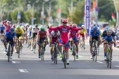 Evgeny Korolek du Belarus croisant la ligne d'arrivée devant le Peloton pendant la concurrence de recyclage de route internationa Image libre de droits