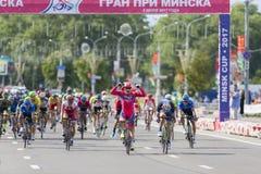 Evgeny Korolek du Belarus croisant la ligne d'arrivée devant le Peloton pendant la concurrence de recyclage Grand prix de route i Photo stock