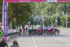 Evgeny Korolek du Belarus croisant la ligne d'arrivée devant le Peloton pendant la concurrence de recyclage Grand prix de route i Photographie stock