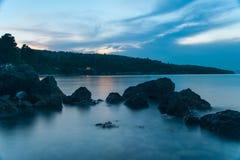 Evia在黄昏的海岛海岸 免版税库存图片