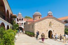 Evia, Grécia o 25 de julho 201 Povos do mundo inteiro que visitam o monastério famoso de St David em Evia Foto de Stock Royalty Free