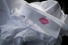 Evidência do divórcio, caso sexual e conceito de engano do marido com close up em uma camisa com batom vermelho do beijo do homem fotografia de stock