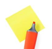 Evidenziatore rosso su Stikers giallo Immagini Stock Libere da Diritti