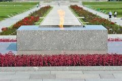 Evig flamma på den Piskarevsky kyrkogården Arkivfoto