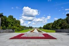 Evig flamma på Piskaryovskoye den minnes- kyrkogården i Leningrad Royaltyfri Foto