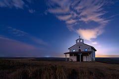 Evig kamp mellan den bra och för ondska stjärnklara läskiga molniga natten över det gamla kapellet av St George, Rusokastro by, B Arkivbilder