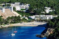 Evissa-Insel-Buchtansicht mit Segelbootanchorage, -hotels und -strand stockbild