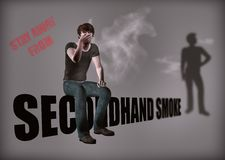 Evite el ejemplo del fumador del humo de segunda mano Foto de archivo