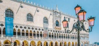 Evite a lâmpada do palácio e de rua com vidro cor-de-rosa em Veneza, Itália Imagem de Stock