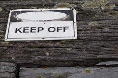 Evite o sinal de aviso sobre de madeira rústico resistido velho textured Imagem de Stock Royalty Free