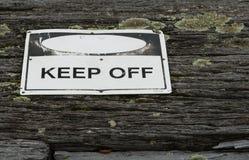 Evite o sinal de aviso sobre de madeira rústico resistido velho textured Fotos de Stock Royalty Free