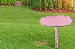 Evite por favor o gramado, nenhum passeio no sinal de aviso da grama Imagem de Stock Royalty Free