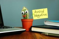 Eviti la negazione Cactus sorridente sullo scrittorio Pensiero positivo fotografia stock libera da diritti