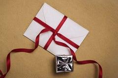 Evnelope и подарок стоковое изображение rf