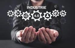 Evolu??es de fabrica??o Industrie 4 A palavra da cor vermelha situada sobre o texto da cor branca foto de stock