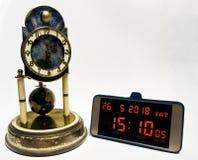 Evolution av tidmätningen från den historiska klockan till den moderna smartphonen Royaltyfri Fotografi