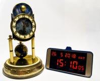 Evolution av tidmätningen från den historiska klockan till den moderna smartphonen Arkivfoton