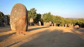 EVORA, ПОРТУГАЛИЯ: Выравнивание неолитических камней в dos Almendres Cromeleque 13 km к западу от EVORA Стоковое Изображение RF
