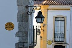 EVORA, ПОРТУГАЛИЯ: Конец-вверх на уличных фонарях и фасадах дома Стоковые Изображения RF