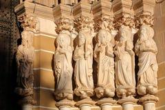 EVORA, ПОРТУГАЛИЯ - 8-ОЕ ОКТЯБРЯ 2016: Конец-вверх на статуях апостолов на входе собора Стоковое фото RF