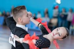 Evoyan Veniamin och Strelchenya Kseniya Perform Juvenile-1 standart europeiskt program Royaltyfri Fotografi