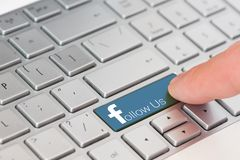 EVPATORIA, ΚΡΙΜΑΙΑ, ΟΥΚΡΑΝΙΑ, 12.2018 ΜΑΡΤΙΟΥ, - το κλειδί με το κείμενο μας συνεχίζει το άσπρο πληκτρολόγιο lap-top Ύφος Faceboo Στοκ Εικόνα
