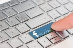 EVPATORIA, de KRIM, de OEKRAÏNE, 12,2018 MAART, - de sleutel met tekst volgt ons op wit laptop toetsenbord Facebook-stijl Stock Afbeelding