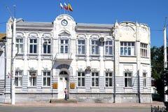 EVPATORIA, RUSIA - 15 DE JULIO DE 2016: el edificio del Ayuntamiento fotografía de archivo