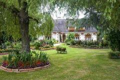 Evron - hus och trädgård Arkivfoton