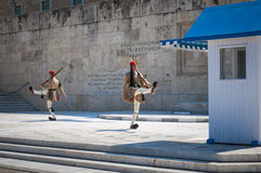 Evzone战士在雅典的前面议会中 免版税库存图片