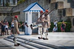 Evzone战士在雅典的前面议会中 免版税库存照片