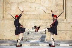 Evzone che custodice la tomba del soldato sconosciuto a Atene si è vestito in uniforme di servizio Fotografie Stock Libere da Diritti