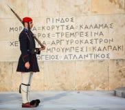 Evzone che custodice la tomba del soldato sconosciuto a Atene si è vestito in uniforme di servizio fotografia stock