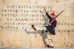 Evzone die het Graf van Onbekende Militair in Athene bewaken kleedde zich in eenvormige de dienst Royalty-vrije Stock Afbeelding
