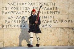 Evzone gardant la tombe du soldat inconnu à Athènes s'est habillé dans l'uniforme de service Images stock