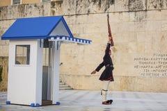Evzone gardant la tombe du soldat inconnu à Athènes s'est habillé dans l'uniforme de service Photo libre de droits