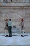 Evzone que guarda la tumba del soldado desconocido, Atenas, Grecia foto de archivo libre de regalías