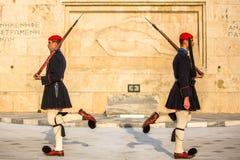 Evzone que guarda o túmulo de soldado desconhecido em Atenas vestiu-se no uniforme de serviço Imagem de Stock
