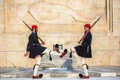 Evzone que guarda o túmulo de soldado desconhecido em Atenas vestiu-se no uniforme de serviço, refere os membros da guarda presid Fotos de Stock